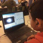 Estudiante trabajando con la curva de luz de una de las estrellas descubiertas y con una animación de ese tipo de estrella. Crédito: IES El Calero.