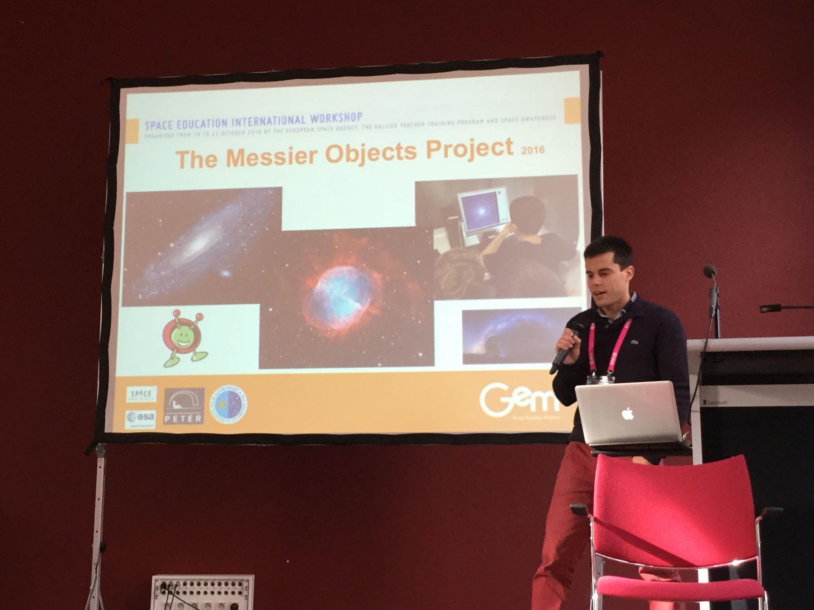 """Aleix Roig, profesor de Escola Gem, durante su presentación del proyecto """"Objetos Messier"""" en Leiden. Créditos: Aleix Roig (Escola Gem)"""