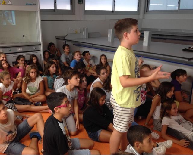 Estudiantes de sexto de primaria de Escola Gem durante una teleconferencia con Nayra Rodríguez, coordinadora científica de PETeR. Crédito: Escola Gem.