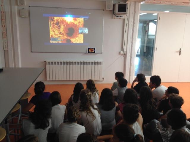 Estudiantes de sexto de primaria de Escola Gem durante una teleconferencia con Nayra Rodríguez, coordinadora científica de PETeR.