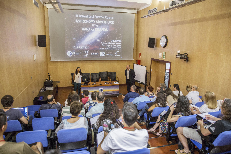 """Inauguración del curso """"Astronomy Adventure in the Canary Islands"""" en la sede central del IAC con Nayra Rodríguez Eugenio, astrofísica divulgadora del IAC, coordinadora del curso, además de ponente del mismo, y Rafael Rebolo, director del IAC. Crédito: José Peña Coto (IAC)."""