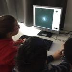 Estudiantes y profesor de sexto de primaria de Escola GEM trabajando con imágenes del Telescopio Liverpool. Crédito: Escola GEM