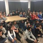 Estudiantes y profesor de sexto de primaria de Escola GEM durante una videoconferencia con Nayra Rodríguez, coordinadora de PETeR. Crédito: Escola GEM