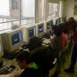 Estudiantes y profesorado del Club de Ciencia del IES P. Eusebio Da Guarda desarrollando una de las actividades propuestas en PETeR. Crédito: IES P. Eusebio Da Guarda.