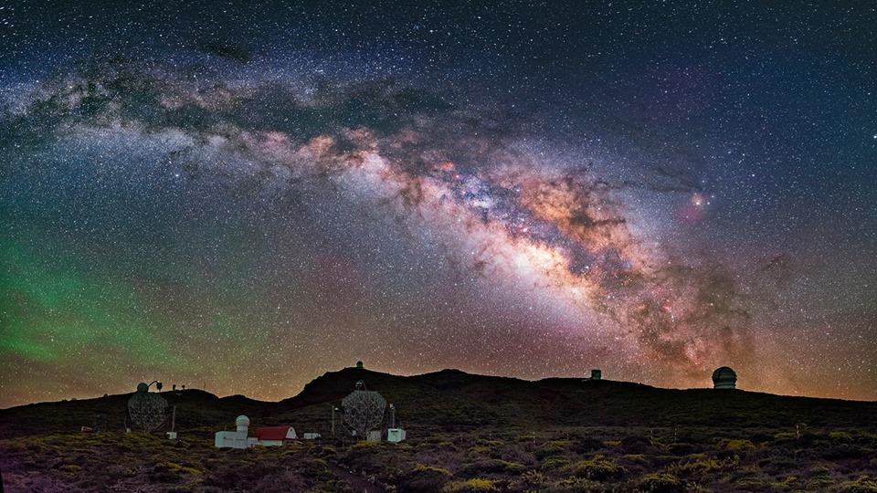 Panorámica del Observatorio del Roque de los Muchachos con la Vía Láctea. Crédito: Daniel López / IAC